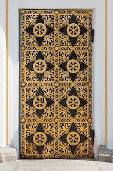 Vecchia porta d'epoca con primo piano estremo del modello di ornamento dorato antico