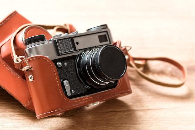 Vecchia macchina fotografica della foto di slr della pellicola dell'annata nel rivestimento di cuoio