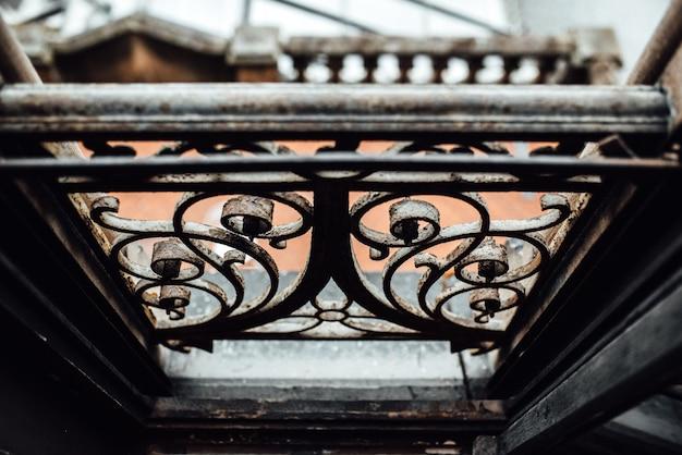 Vecchi binari della finestra forgiati vintage con ruggine