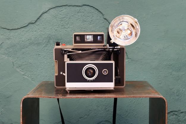 Vecchia macchina fotografica istantanea vintage con soffietto