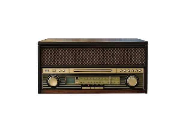 Vecchia radio vintage isolata su bianco
