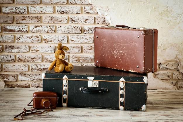 Vecchia valigia vintage nella stanza luminosa concreta.