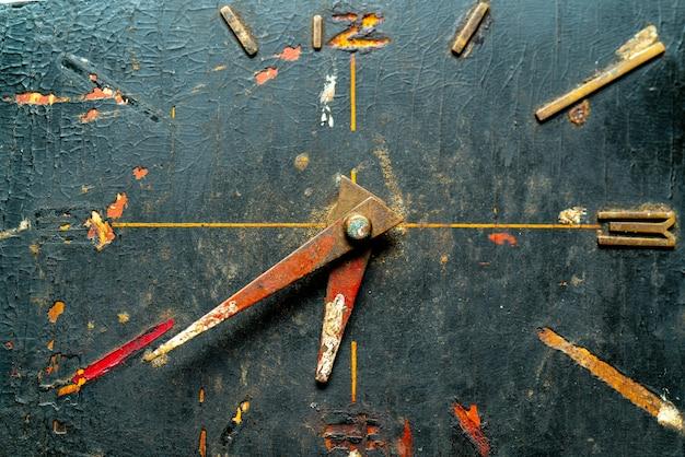 Vecchio orologio vintage con frecce. oggetto raro antico.