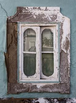 Vecchia finestra d'annata, la casa abbandonata portoghese.
