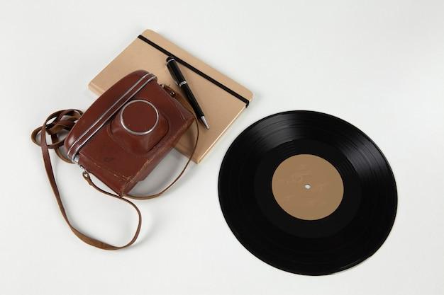 Vecchio disco in vinile e fotocamera analogica