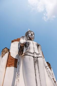 Vecchia statua bianca del buddha nello stile tailandese tradizionale