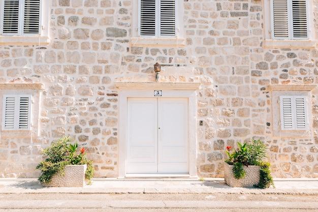 Vecchia struttura di legno di porte bianche