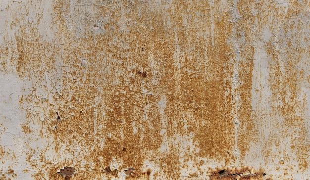 Vecchio muro dipinto di bianco con texture ruggine. fondo del metallo arrugginito di lerciume. macchie di ruggine.