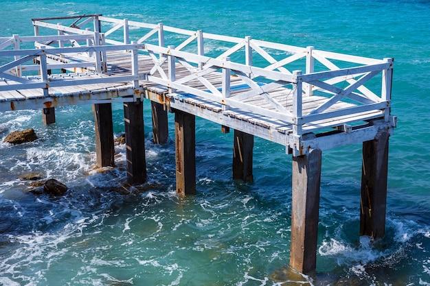 Vecchio ponte di legno bianco passerella sulla spiaggia del mare, sang wan beach koh larn, pattaya, thailand