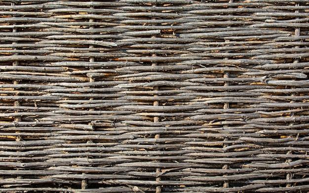 Vecchia struttura del recinto di vimini vicino al fuoco selettivo
