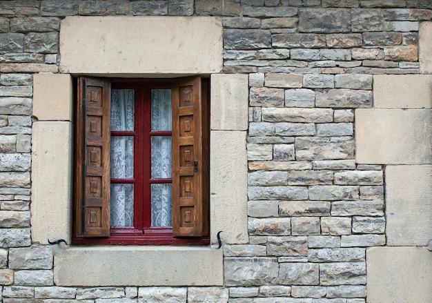 Vecchia finestra della grande casa