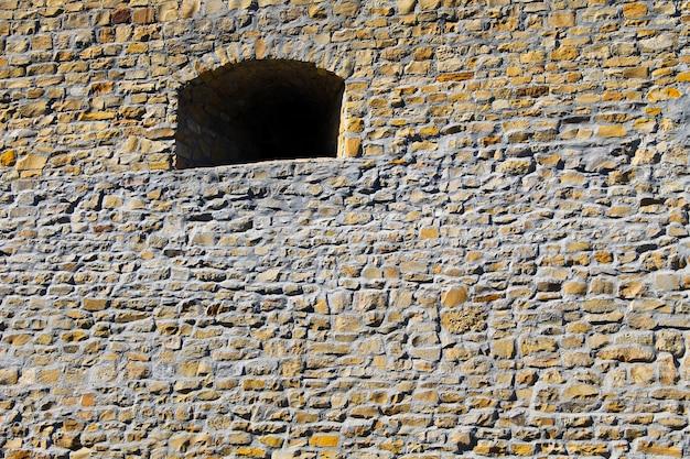 Vecchia finestra nel muro di pietra del castello