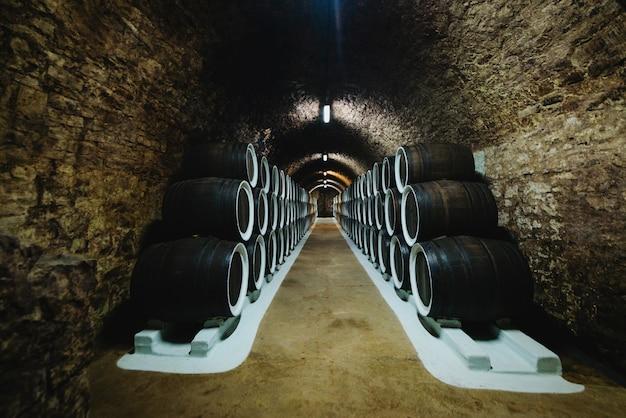 Vecchie botti di rovere da vino in una cantina conservata in una cantina