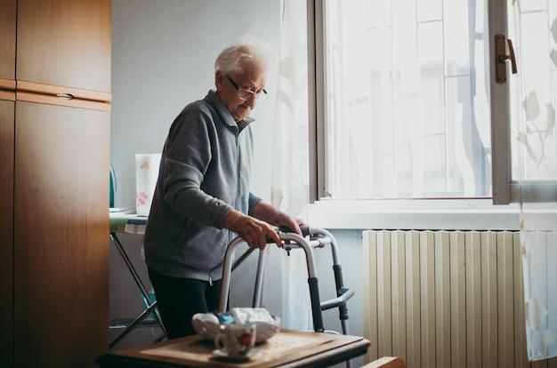 Vecchia donna sola nella sua stanza. nonna di 95 anni che pensa alla sua vita e ai suoi ricordi