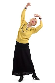 Vecchia donna che balla signora anziana isolata dal vivo dall'arte