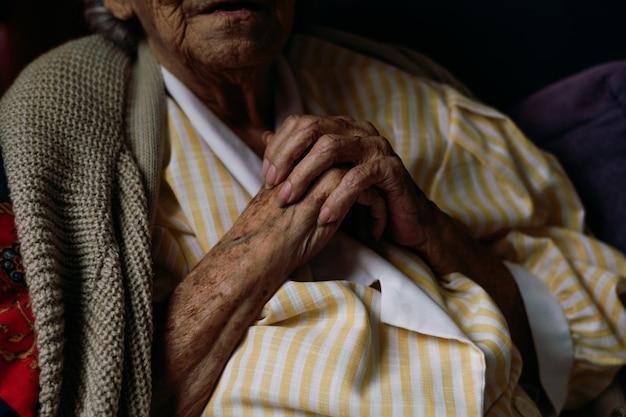 Mani di donna anziana che fanno movimenti diversi.