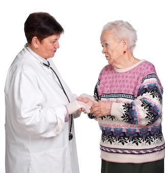 Vecchia donna che discute con il suo medico