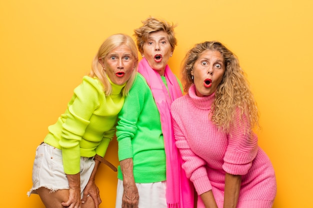 Vecchia donna e le sue figlie