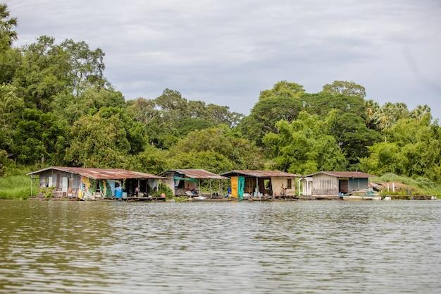 Vecchia casa di legno sul fiume