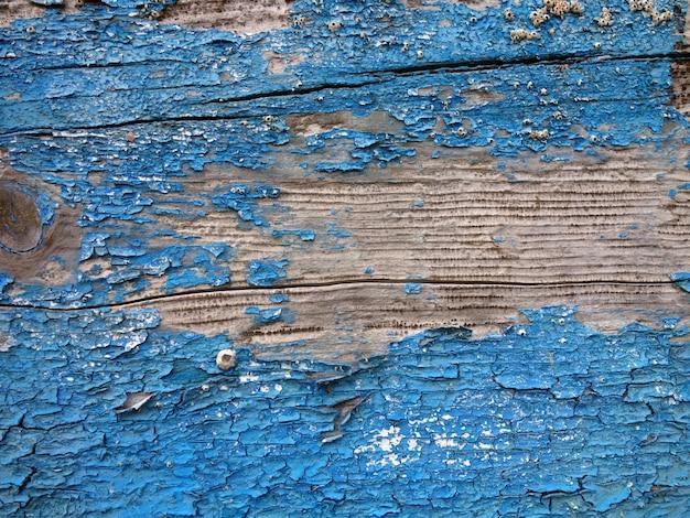 Vecchia struttura di legno verniciata blu indossata dall'effetto di mare e sale.