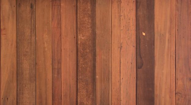Vecchia struttura in legno con sfondo naturale