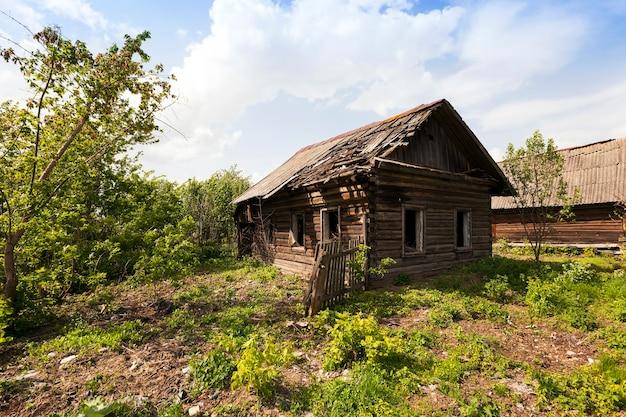 Vecchia casa abbandonata in legno situata in campagna. bielorussia.