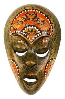 Vecchia maschera africana in legno su uno sfondo bianco