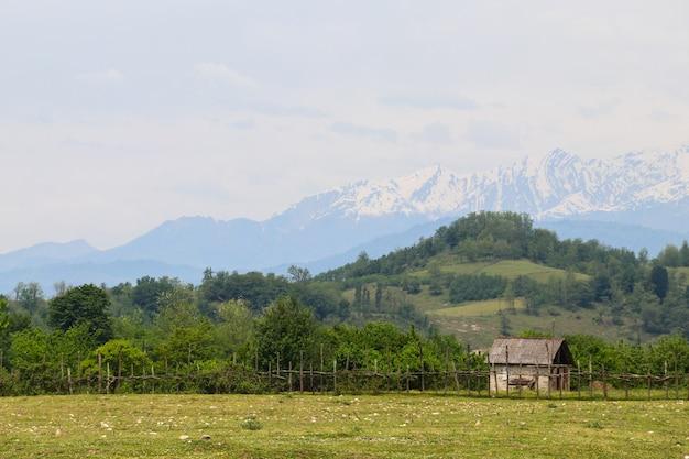 Vecchio fienile in legno nel villaggio nelle montagne del caucaso