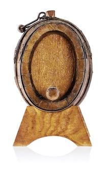 La vecchia botte in legno con supporto rimuove la parte anteriore
