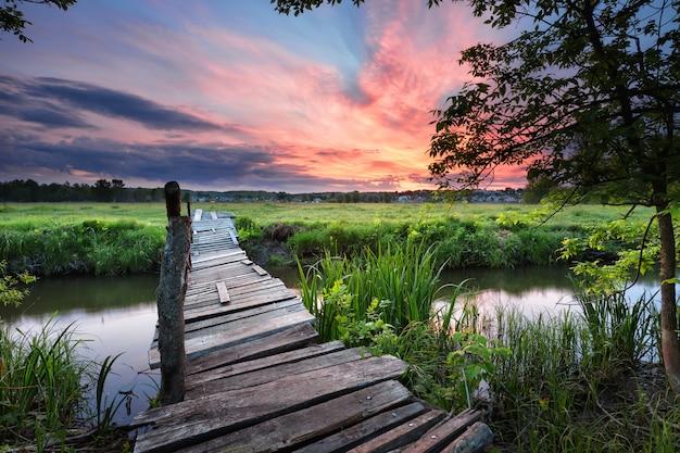 Vecchio ponte di legno attraverso il fiume