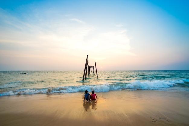 Vecchio ponte di legno a pilai beach, provincia di phang nga