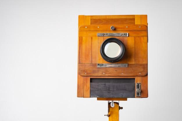 Vecchia macchina fotografica in legno del secolo scorso con fisarmonica