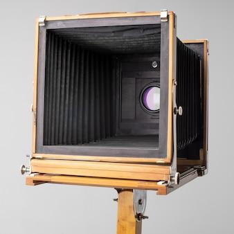 Una vecchia macchina fotografica in legno del secolo scorso con fisarmonica.