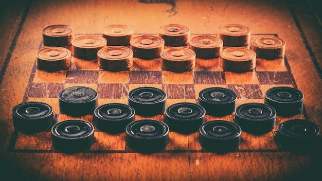 Vecchio gioco da tavolo a dama in legno