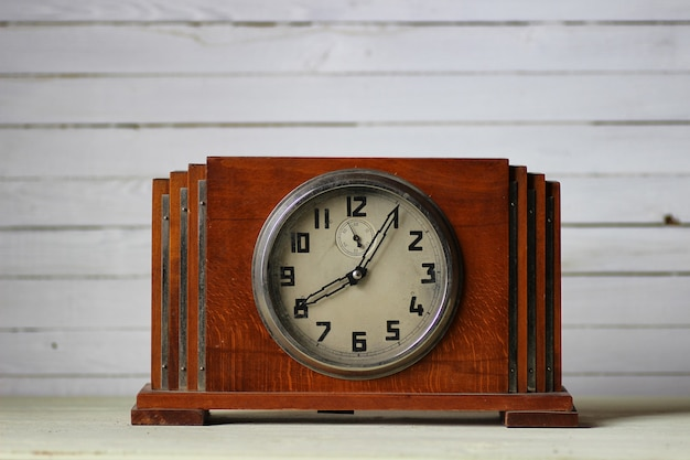 Vecchio orologio in legno