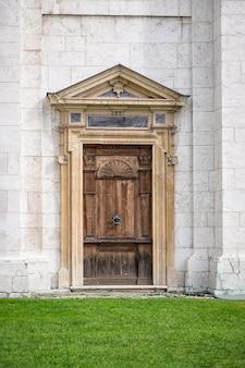 Vecchia porta di legno dell'assunzione della beata vergine maria