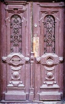 Vecchia porta di legno. vecchio fondo di legno.
