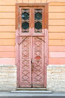 Vecchia porta di legno con una bella scultura nella città di san pietroburgo
