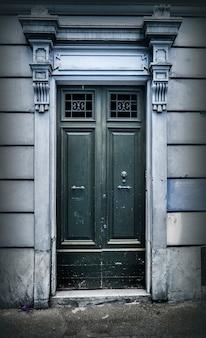 Vecchia porta di legno di un'antica casa