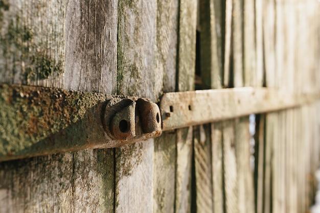 Vecchia staccionata in legno. vecchia struttura di tavole
