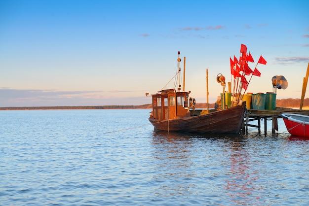 Vecchia barca di legno dei fishermens sull'isola rugen, germania del nord