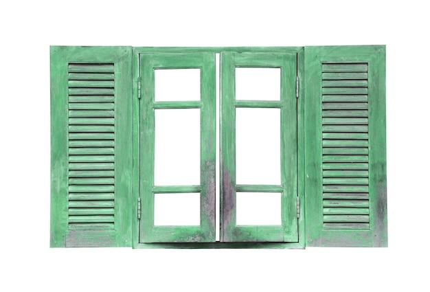Vecchia annata di finestra verde in legno isolata su bianco e hanno tracciati di ritaglio.