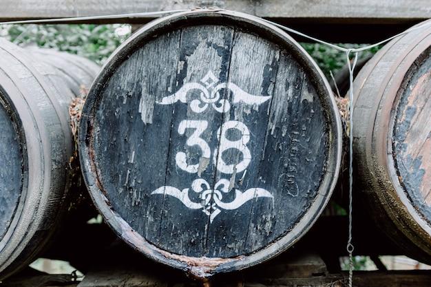 Vecchio barilotto di birra in legno rifornito