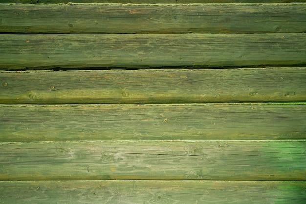 Vecchio muro di tronchi di legno della casa. struttura di legno dell'annata.