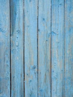 Vecchie tavole di legno dipinte con peeling vernice blu.
