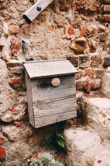 Vecchia casella postale di legno sul muro di pietra a perouges, francia.