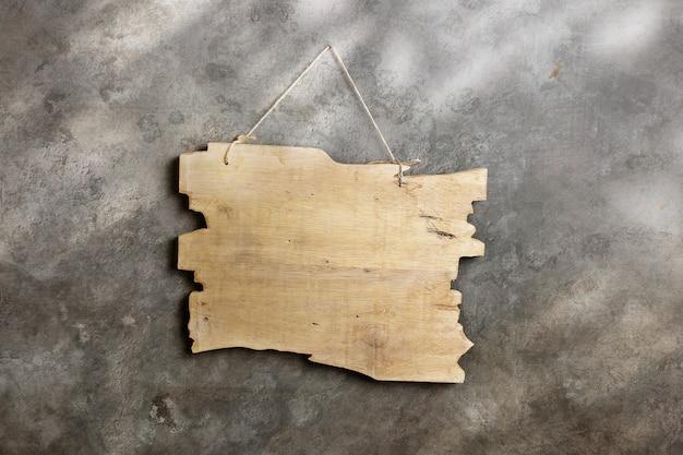 Vecchio modello di cartello in legno sul muro di cemento