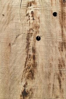 Vecchia struttura in legno con buchi e crepe