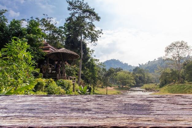 Vecchia struttura in legno con sfondo natura. struttura di legno marrone, vecchia struttura di legno di legno per aggiungere testo o design di lavoro per il prodotto sullo sfondo.