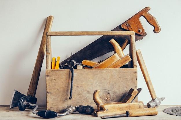 Vecchia cassetta degli attrezzi in legno piena di strumenti. vecchi strumenti di falegnameria. natura morta.